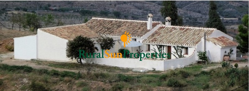 Cortijo Rustic style country house on a plot of 85.000m2 between Puerto Lumbreras and Almería region.