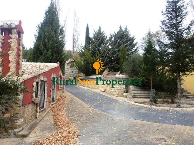 Casa de campo en Moratalla con finca de 17 ha de monte con arroyo de agua permanente.