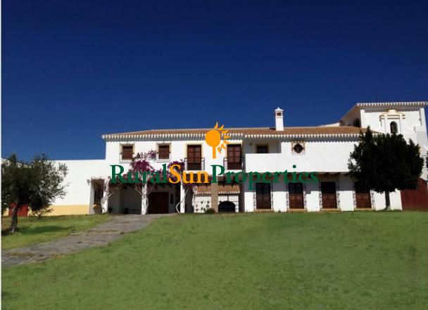 (Español) Venta Auténtico Cortijo en Almería con extenso olivar y boxes