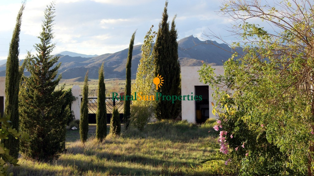 Sale cortijo on on a valley surrounded of mountains, 10 km from Tabernas-Almeria province.-15,000 sq.m fenced