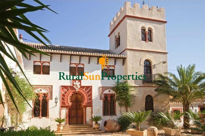 Venta casa señorial S.XIX con 2.580m² construidos bien mantenida con 4 ha. de terreno.