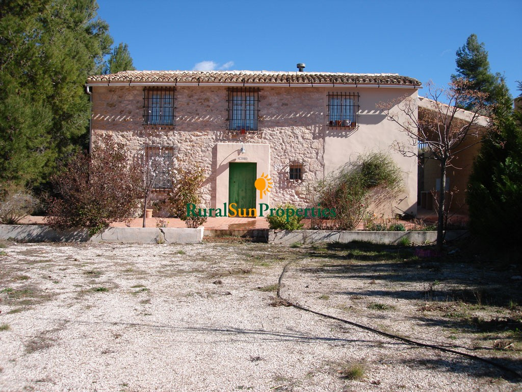 Masía for sale in Alicante on a mountains plot of 39,000 sqm