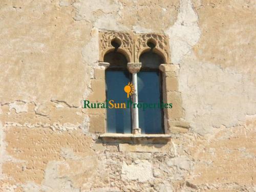 Castillo Medieval en Interior de Valencia