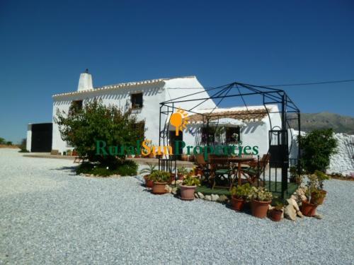 Venta Casa-Cortijo en parcela de 22.090m2. Chirivel-Almería