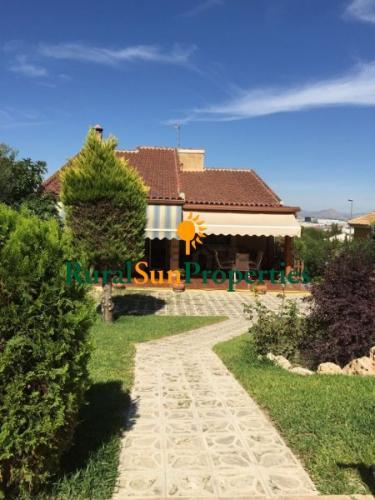 Villa cerca de Murcia en el Coto muy bien mantenida, parcela ajardinada de 1.024m²