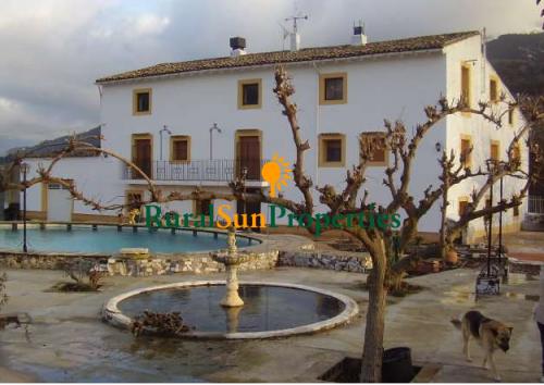 Venta Masia del siglo XVIII en Alicante-Sierra de Mariola con manantial propio.